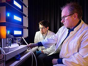 Am Massenspektrometer: Prof. Dr. Waldemar Kolanus (rechts) und Michael Rieck vom Life and Medical Sciences Institut (LIMES) der Universität Bonn
